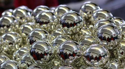 """A karácsonyi dekorációként használt üveggömbök belső felületén levő ezüstbevonat is """"ezüsttükörpróbával"""" hozható létre"""